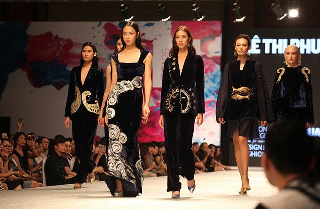 Không khó để nhận ra biểu tượng của các chòm sao Bảo bình, Song ngư... trên trang phục của nhà thiết kế Phương Thanh. Đây là một trong những mẫu thiết kế được các cô gái rất quan tâm.