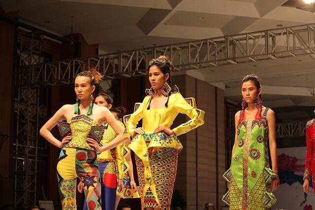 Những thiết kế đầy màu sắc rực rỡ, kết cấu lạ mắt của sinh viên ngành thời trang Việt