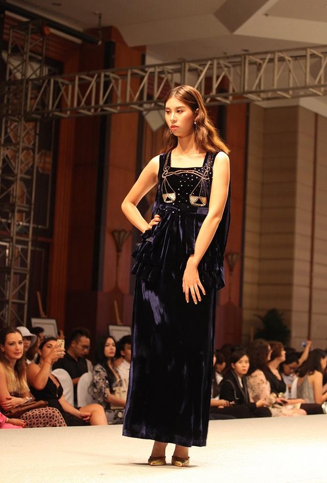 Thiết kế độc đáo lấy cảm hứng từ 12 chòm sao - 12 cung hoàng đạo của sinh viên trường Thời trang gây ấn tượng trong buổi lễ trình diễn sản phẩm tốt nghiệp.