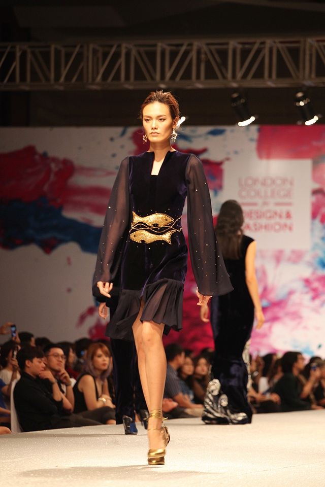 Nhà thiết kế vừa tốt nghiệp Phương Thanh đã đưa cảm hứng về những chòm sao lung linh huyền ảo vào bộ sưu tập tốt nghiệp Học viện thời trang London.