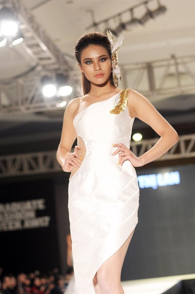 Bộ trang phục lấy cảm hứng từ hình tượng thiên nga trắng của nhà thiết kế Lưu Thị Lan được kết hợp với các phụ kiện ánh kim mang lại vẻ sang trọng