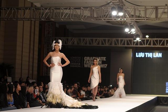 Sàn diễn được thiết kế giống như một sự kiện thời trang tầm cỡ quốc tế