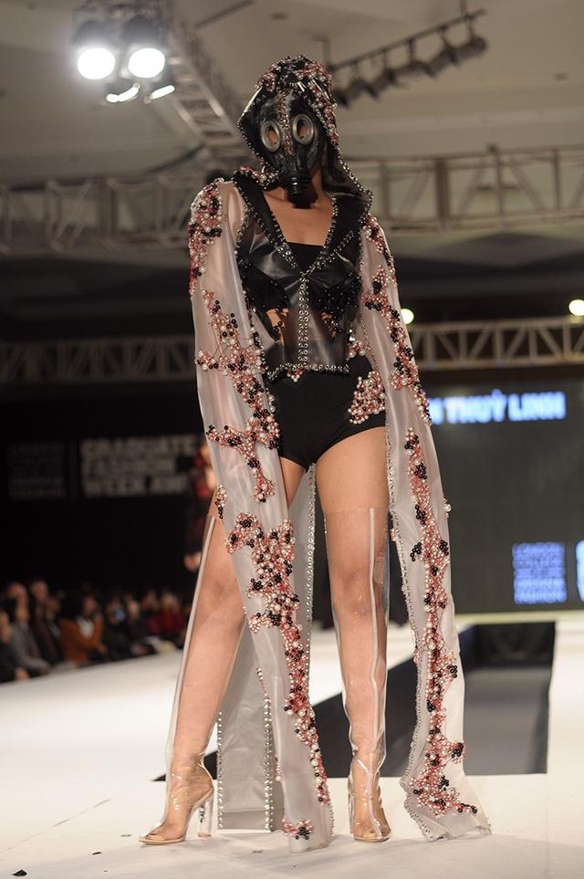 Nhà thiết kế trẻ Nguyễn Thùy Linh mang đến những mẫu trang phục từ chất liệu nhựa kết hợp với phụ kiện mặt nạ phòng độc lạ mắt