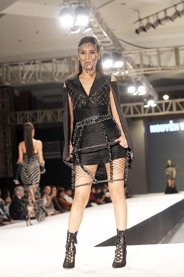 Một vài trang phục ấn tượng khác từ chất liệu da và kim loại