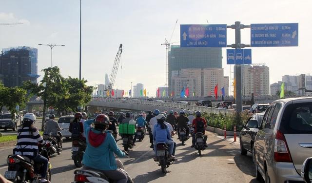 Từ nay, cầu Nguyễn Văn Cừ giúp kết nối giao thông giữa quận 1, 5 với quận 4, 8 thuận lợi hơn