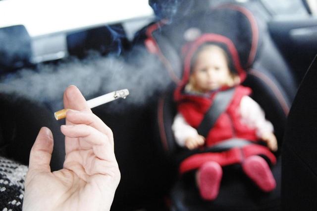 Khói thuốc lá thụ động cũng gây ra nhiều bệnh lý nguy hiểm như với người hút thuốc.
