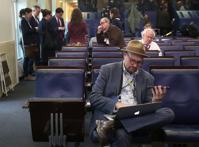Phóng viên Glenn Thrush trong phòng họp báo của Nhà Trắng sau khi bị từ chối vào phòng họp riêng của thư ký báo chí Nhà Trắng Sean Spicer (Ảnh: Getty)
