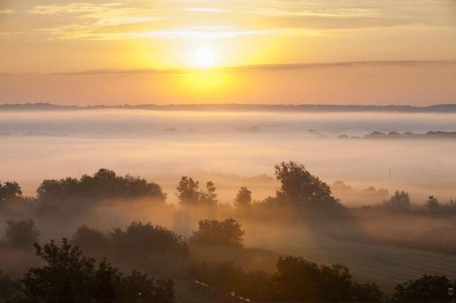 Làn sương mù buổi sớm bao quanh Zalaszentbalazs, cách thủ đô Budapest 230 km về phía tây nam.
