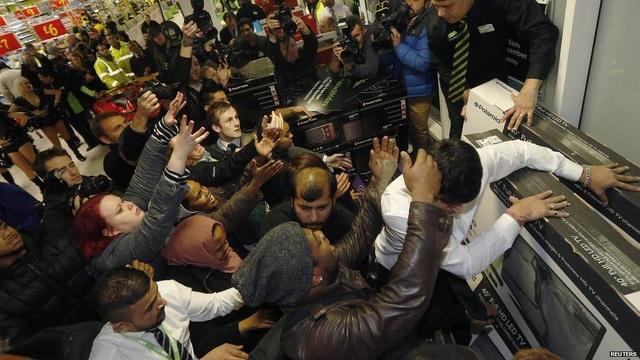 Dòng người chen chúc nhau, thậm chí đánh nhau vì hàng giảm giá đã trở thành hình ảnh quen thuộc trong ngày Black Friday. (Ảnh: Reuters)