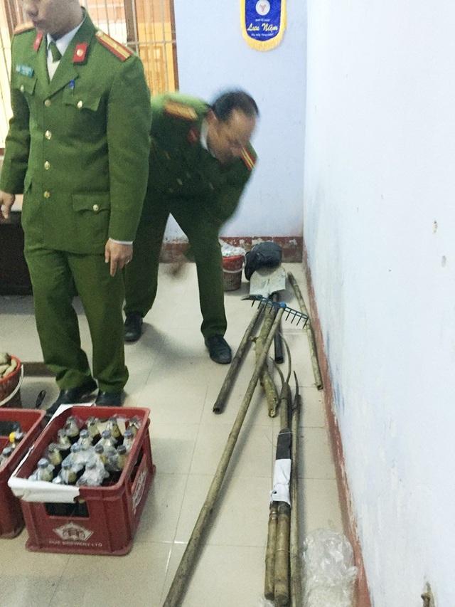 Các vật dụng thô sơ và bom xăng được thu giữ