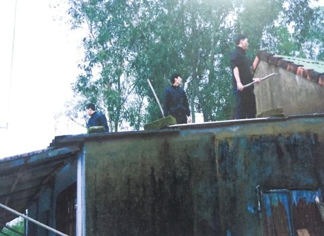 3 người con ông Đệ giở tôn lên mái nhà chống lại lực lượng chức năng