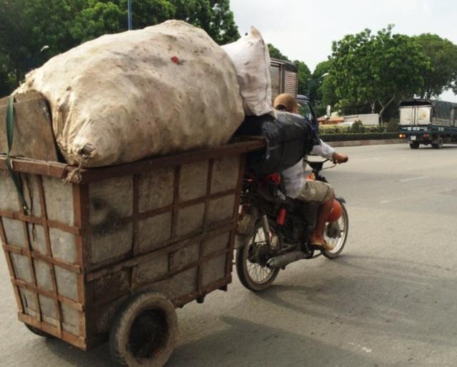 Xe thu gom rác chạy trên đường Cộng Hòa (quận Tân Bình)