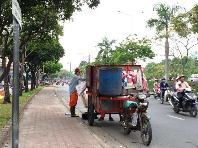 Xe thu gom rác trên đường Điện Biên Phủ (quận Bình Thạnh)