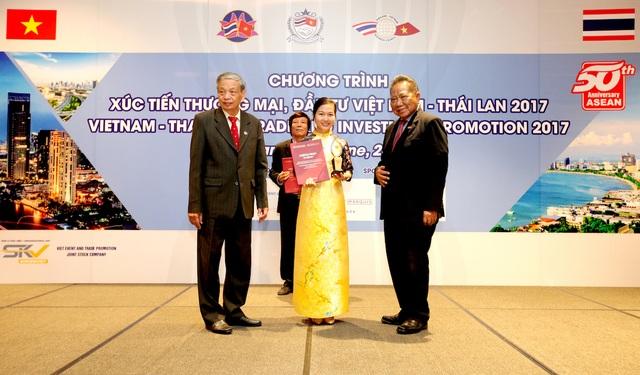 Bà Nguyễn Thị Thu Hà – Đại diện Nam A Bank vinh dự nhận Giải thưởng từ Chương trình tại Bangkok – Thái Lan