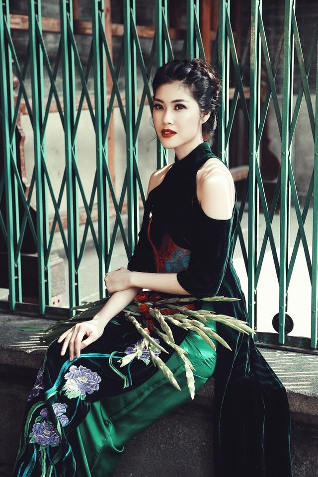 Thu Hằng rất ít khi mặc áo dài, mặc dù vóc dáng được coi là chuẩn của các cuộc thi sắc đẹp, bằng chứng là cô đã đoạt giải hình thể trong cuộc thi Hoa hậu Việt Nam 2004.