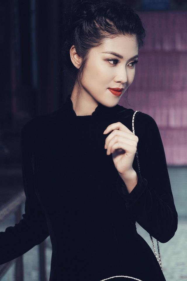 Đón Trung Thu năm nay bằng tà áo dài truyền thống với phong vị cổ điển, siêu mẫu Thu Hằng mang đến một chút trầm lắng nhớ về hương vị Trung Thu cổ truyền.