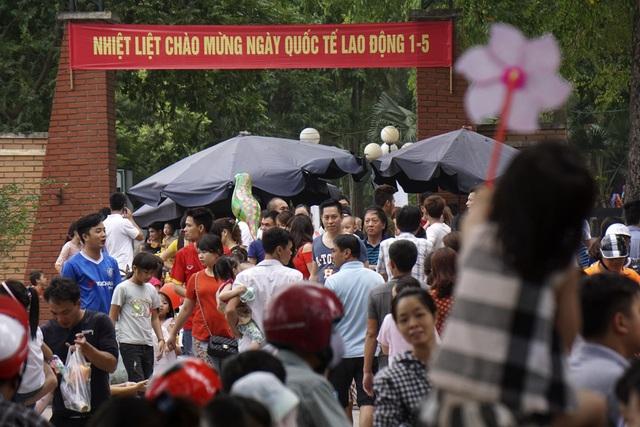 Hàng vạn người đổ về vườn thú Thủ Lệ để vui chơi, giải trí
