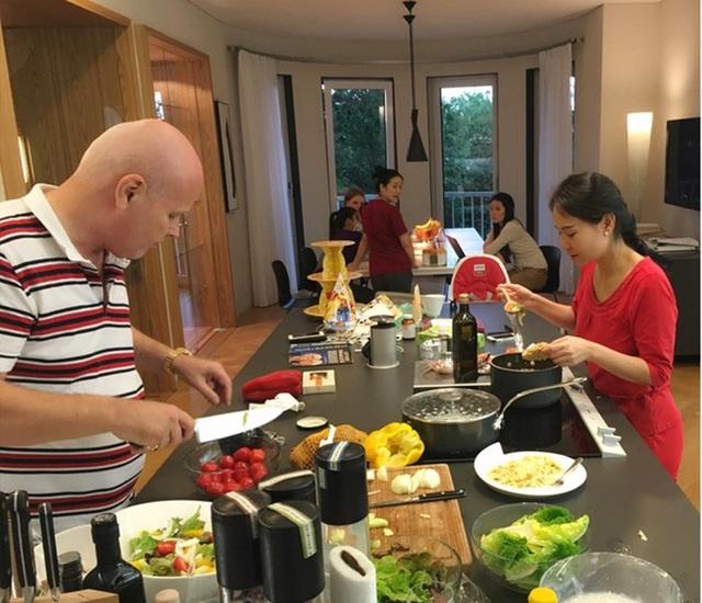 Rất ít khi nội trợ nhưng Thu Minh cố gắng dành thời gian vào bếp để thết đãi những vị khách quan trọng.