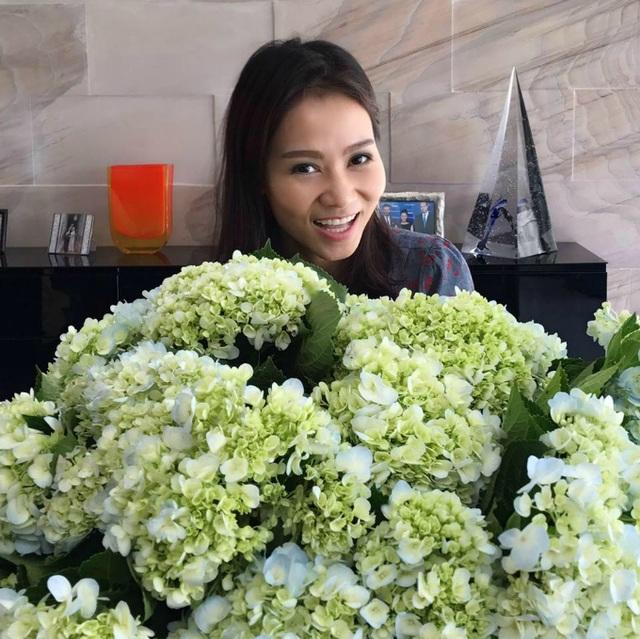 Thu Minh khoe bó hoa cẩm tú cầu khổng lồ do ông xã tặng, cô viết: Phải cười tươi hơn hoa mới chịu. Thank you my white bear.