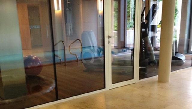 Trong nhà còn có bể bơi, phòng tập thể hình.