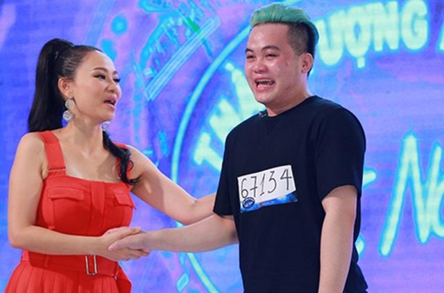 Nữ giám khảo lên sân khấu an ủi thí sinh Quốc Tuấn.