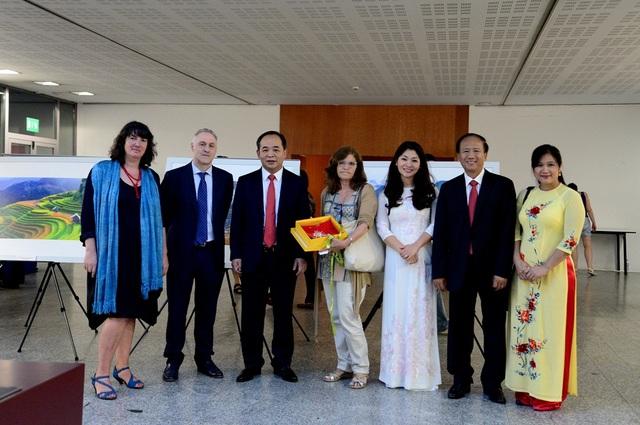 Thứ trưởng Lê Khánh Hải và Đại sứ Việt Nam tại Tây Ban Nha (thứ 2 từ phải sang) tặng quà cảm ơn sự hỗ trợ của Trường Đại học Pompeu Fabra trong công tác tổ chức sự kiện này.