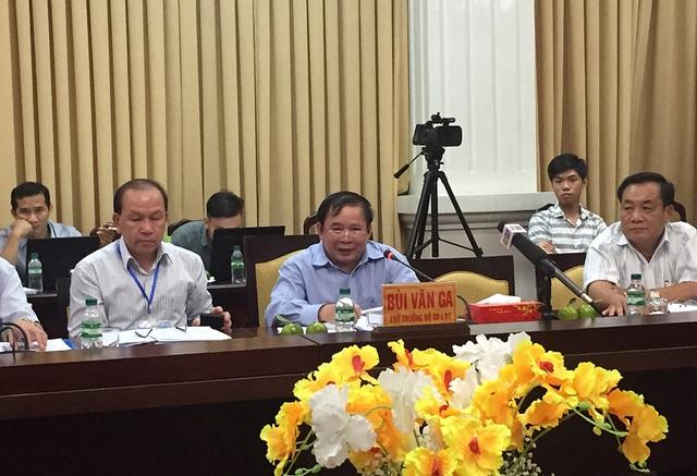 Thứ trưởng Bộ GD-ĐT Bùi Văn Ga trao đổi những vấn đề mà lãnh đạo các địa phương quan tâm liên quan đến kỳ thi THPT quốc gia