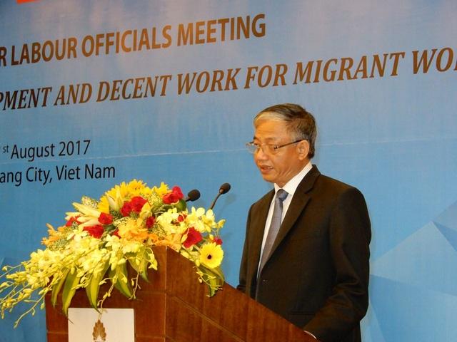 Thứ trưởng Bộ Lao động, Thương binh và Xã hội Doãn Mậu Diệp phát biểu tại hội nghị