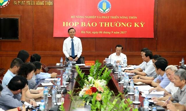 Thứ trưởng thường trực Bộ NN&PTNT Hà Công Tuấn (đứng) chủ trì cuộc họp báo.