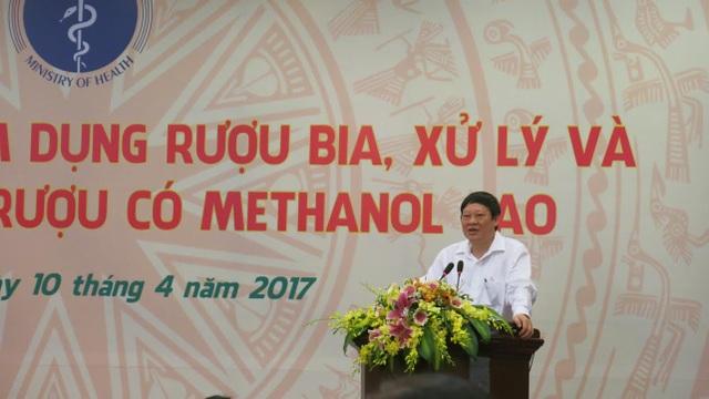 Thứ trưởng Tiến bày tỏ nỗi lo ngại, đau đớn khi mà số người chết vì rượu methanol tăng cao. Ảnh: H.Hải