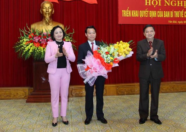 Tân Phó Bí thư - Chủ tịch UBND tỉnh Yên Bái nhận hoa chúc mừng, chào đón của các lãnh đạo Tỉnh uỷ.