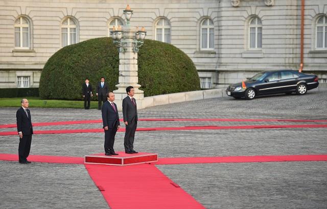 Thủ tướng Nguyễn Xuân Phúc và Thủ tướng Shinzo Abe trong lễ đón tại Nhà khách Akasaka ở thủ đô Tokyo chiều ngày 6/6 (Ảnh: VGP/Quang Hiếu)
