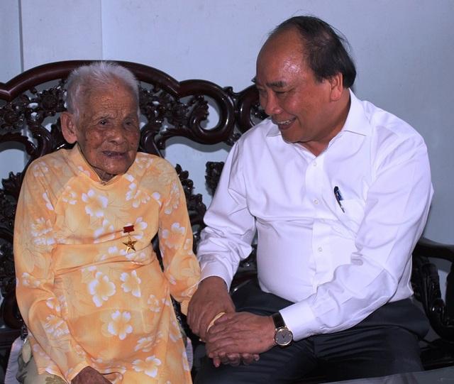Thủ tướng Nguyễn Xuân Phúc trò chuyện với Mẹ Việt Nam anh hùng Nguyễn Thị Cúc ở TP Đồng Hới, tỉnh Quảng Bình