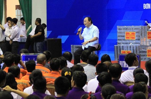 Thủ tướng Nguyễn Xuân Phúc gặp gỡ với công nhân lao động trong Tháng công nhân 2016 (Ảnh: Trung Kiên).