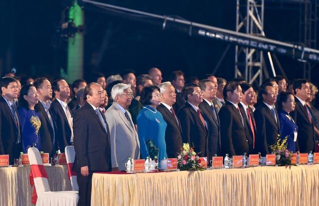 Thủ tướng Nguyễn Xuân Phúc cùng các đại biểu dự buổi lễ.