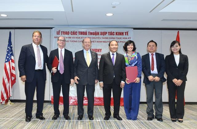 Thủ tướng Nguyễn Xuân Phúc và Bộ trưởng Thương mại Mỹ Wilbur Ross chứng kiến doanh nghiệp 2 nước trao các thỏa thuận hợp tác. (Ảnh: VGP/Quang Hiếu)