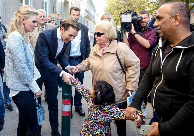 Mối quan hệ giữa ông Sebastian Kurz và bạn gái rất tốt đẹp. Cô Thier luôn theo sát người bạn đời trong suốt giai đoạn căng thẳng nhất của cuộc tranh cử và trong những sự kiện quan trọng. (Ảnh: Reuters)