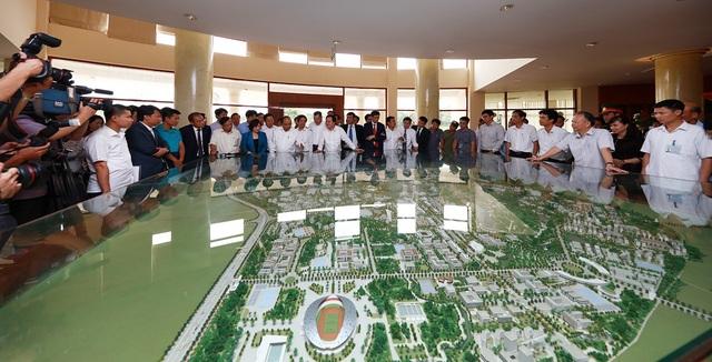 Thủ tướng và đoàn công tác thị sát địa điểm dự án đầu tư xây dựng ĐHQGHN tại Hòa Lạc