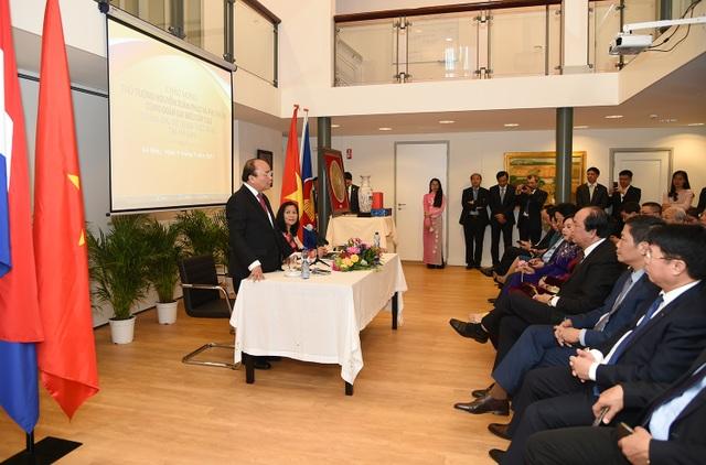 Thủ tướng thăm Đại sứ quán Việt Nam tại La Hay - Hà Lan (ảnh: VGP)