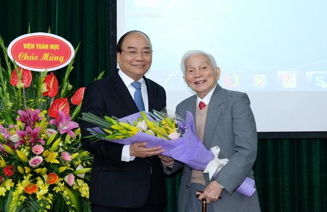 Thủ tướng Nguyễn Xuân Phúc chúc mừng sinh nhật lần thứ 90 của GS. Hoàng Tụy