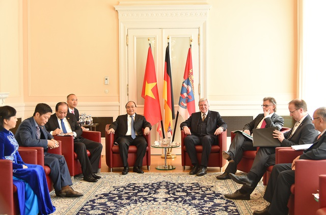 Cuộc làm việc giữa đoàn Việt Nam và lãnh đạo bang Hessen. Thủ tướng hoan nghênh các doanh nghiệp Đức nói chung và bang Hessen nói riêng sang Việt Nam đầu tư, kinh doanh (ảnh: VGP)