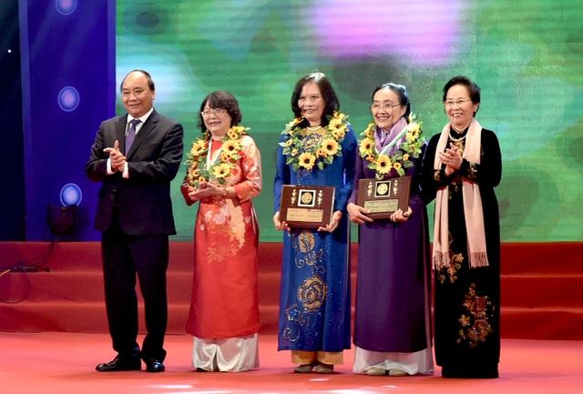 Thủ tướng Nguyễn Xuân Phúc (trái) và nguyên Phó Chủ tịch nước Nguyễn Thị Doan (phải) trao Giải thưởng Kovalevskaia năm 2016 cho các tập thể, cá nhân. (Ảnh: Chinhphu)