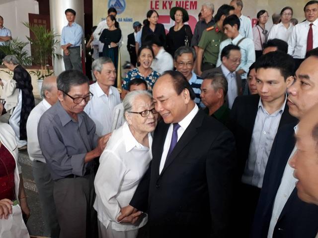 Thủ tướng Nguyễn Xuân Phúc thăm hỏi, nói chuyện với các lão thành cách mạng Quảng Nam - Đà Nẵng