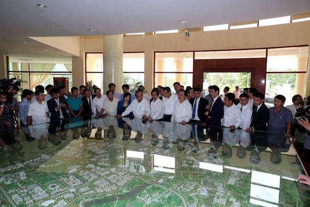Thủ tướng xem mô hình Dự án ĐH QGHN tại Hòa Lạc (ảnh: Bùi Tuấn)