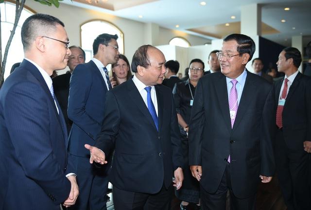 """Thủ tướng Nguyễn Xuân Phúc và Thủ tướng Campuchia Hun Sen tại sự kiện """"Tiệc trưa về Việt Nam"""". Ảnh: VGP"""