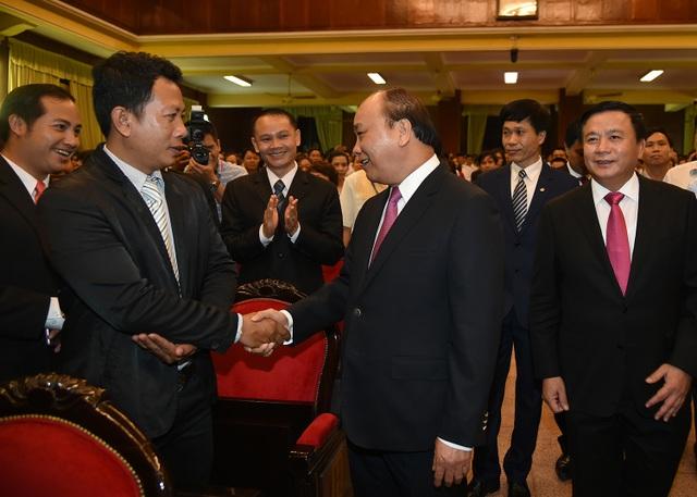 Thủ tướng Nguyễn Xuân Phúc trò chuyện với học viên nước bạn Lào đang học tập tại Học viện Chính trị quốc gia Hồ Chí Minh. Ảnh: VGP/Quang Hiếu
