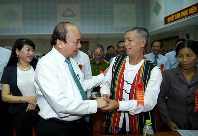 Thủ tướng và các đại biểu dự hội nghị biểu dương người có công.