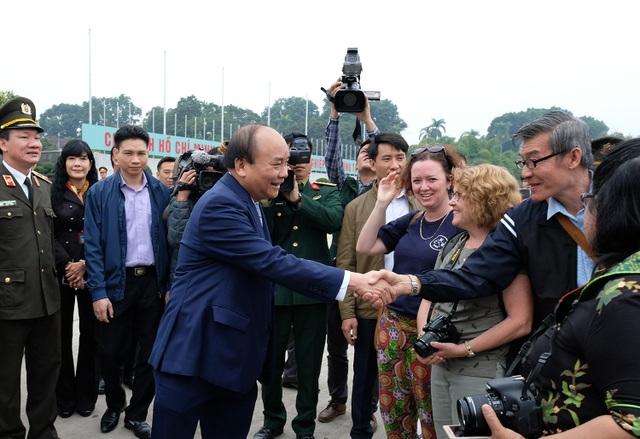 Thủ tướng trò chuyện, thăm hỏi du khách nước ngoài tới tham quan khu vực Lăng Bác.