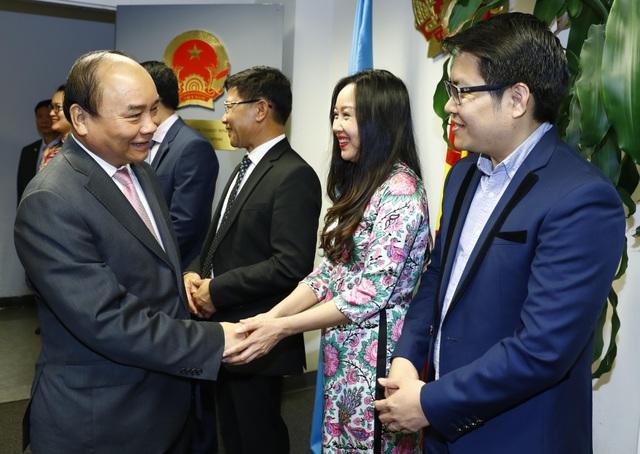 Thủ tướng thăm hỏi, nói chuyện và giao nhiệm vụ cho cán bộ, nhân viên Phái đoàn Thường trực Việt Nam tại Liên hợp quốc.