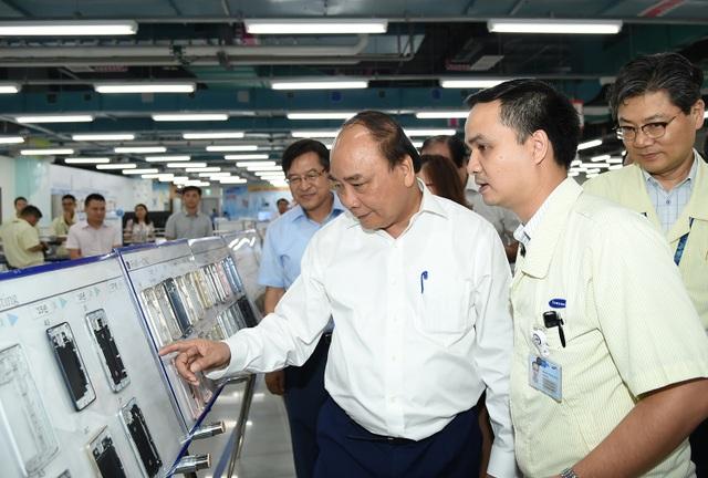 Thủ tướng tham quan khu nghiên cứu và phát triển của nhà máy Samsung tại Thái Nguyên (ảnh: VGP).